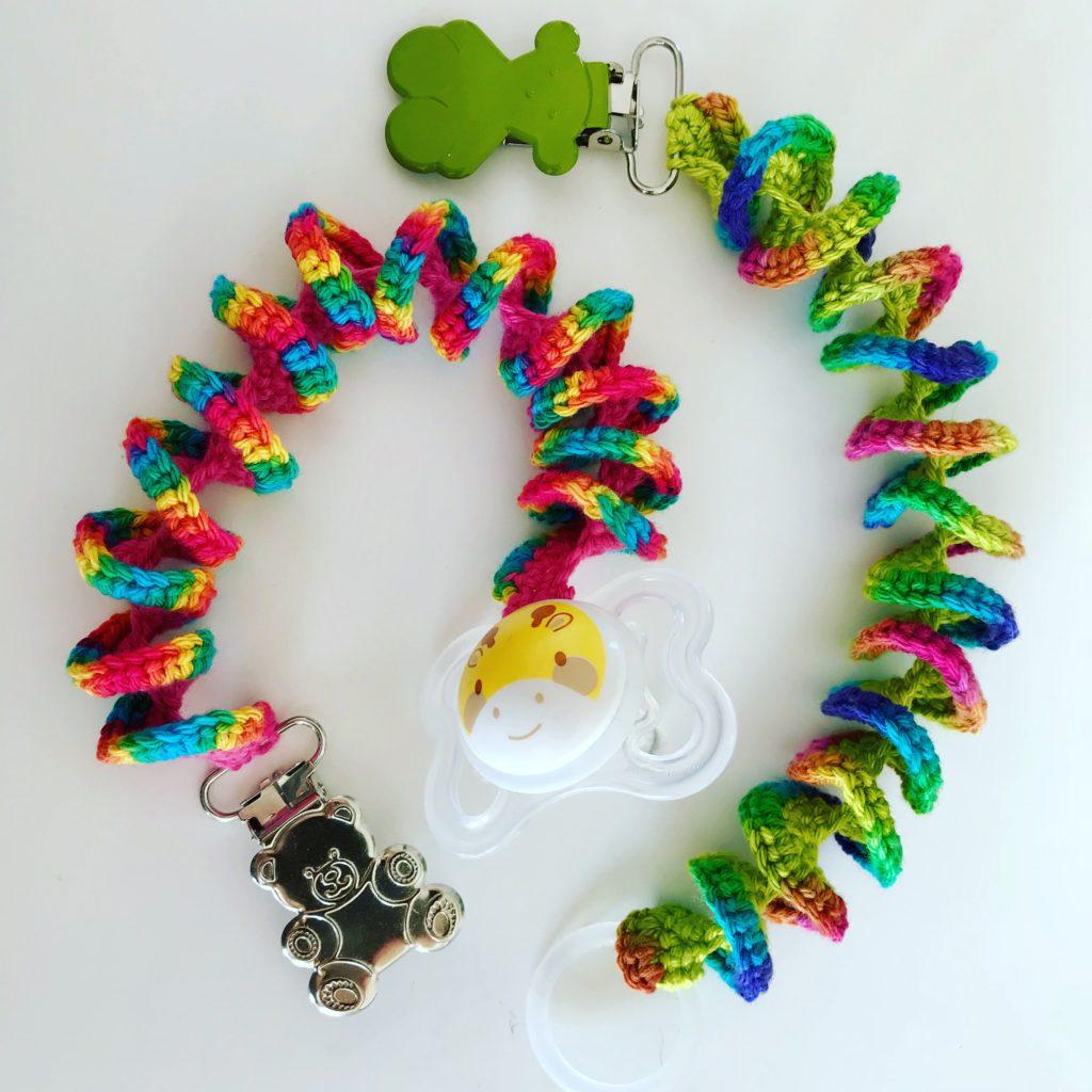 Hæklet suttesnor med clips i flotte farver