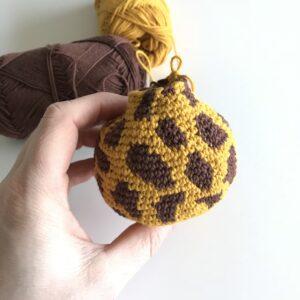 Hæklet giraf med to farver / tråde.